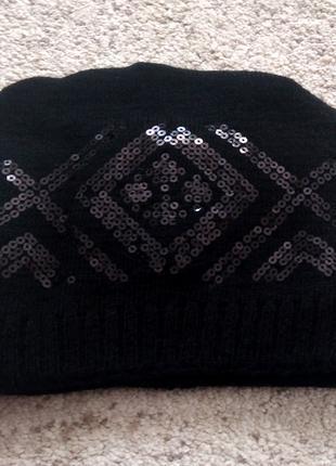Черная зимняя женская шапка с пайетками