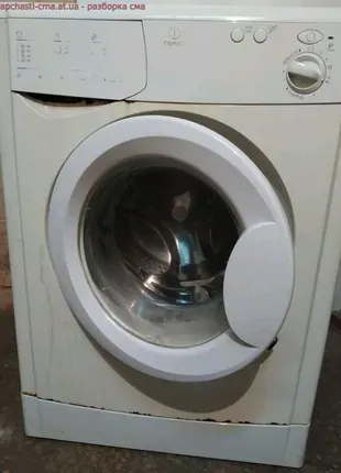 Люк на стиральную машину Indesit.