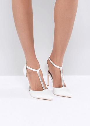 Атласные туфли лодочки с ремешком и камнями true decadence