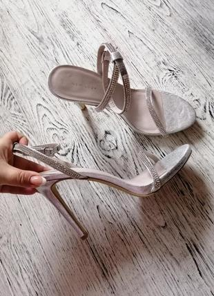 Босоножки на каблуке с камнями new look