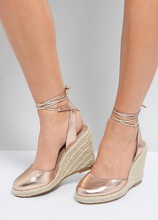 Золотые босоножки туфли с открытой пяткой на плетеной платформ...