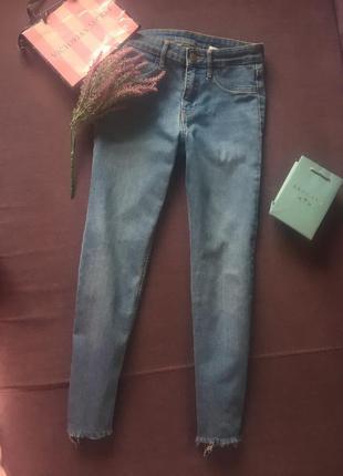Актуальные джинсы , скинни   h&m с высокой посадкой и необрабо...