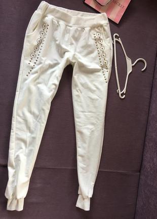 Белоснежные спортивные штаны, спортивки  с заклепками в идеале
