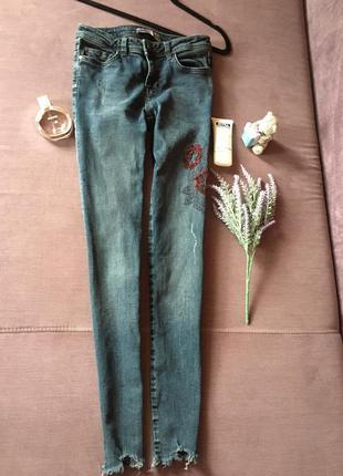 Актуальные джинсы , скинни zara basic denim с вышивкой и необр...