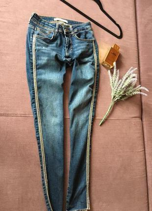 Актуальные джинсы , скинни zara с камнями по бокам и необработ...