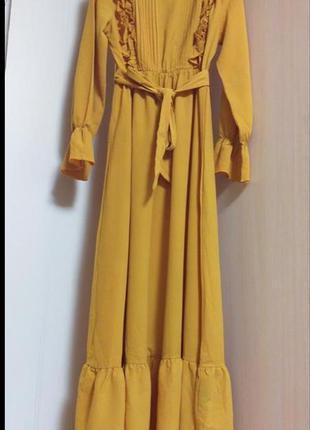 Длинное платье макси с рюшами и поясом