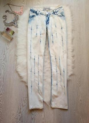 Белые с голубыми полосками прямые джинсы со стразами камнями н...