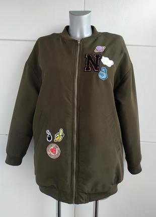 Стильная удлиненная куртка-бомбер h&m  цвета хаки с нашивками