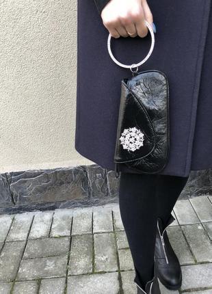 Лаковая вечерняя сумочка с брошкой