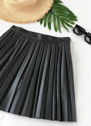 Плиссированная юбка чёрного цвета из эко кожи