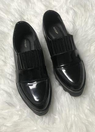 Стильные чёрные лоферы/туфли лаковые  туфли