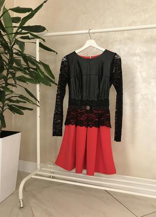 Стильное платье с вставками кожи и гипюра