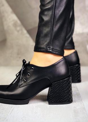 Натуральная кожа. закрытые туфли на шнурках на ассиметричном к...