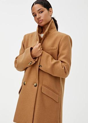 Базовое двубортное пальто pull&bear  бежевого цвета