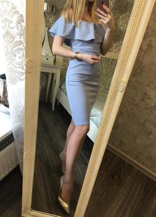 Шикарное нарядное платье по фигуре с открытыми плечами и волан...