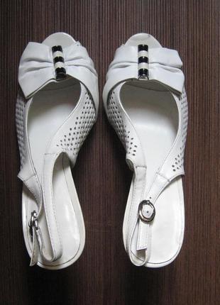 Новые белые босоножки на каблуке сarlabei 36р