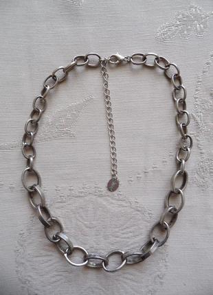 Колье,  цепь, чокер из серебристого металла.