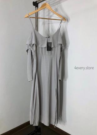 Романтичное светло серое платье миди с разрезами и открытыми п...