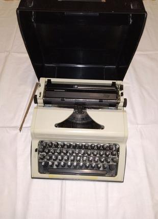 Портативная механическая пишущая машинка