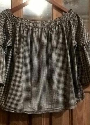 Блузка в клеточку с открытыми плечами.