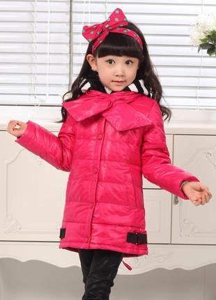 Пуховик для девочки красный с шарфом и полосатым капюшоном 116