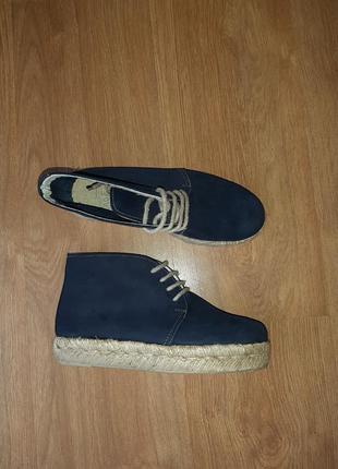 Стильные нубуковые ботинки-чукка (испания)