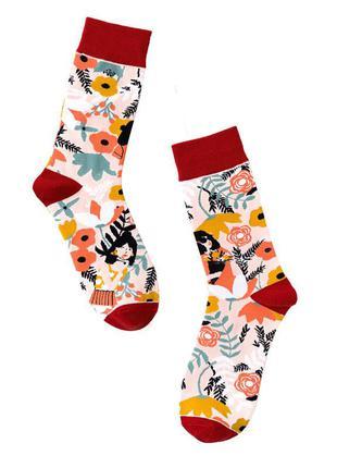 Высокие стильные женские носки девушка в цветах