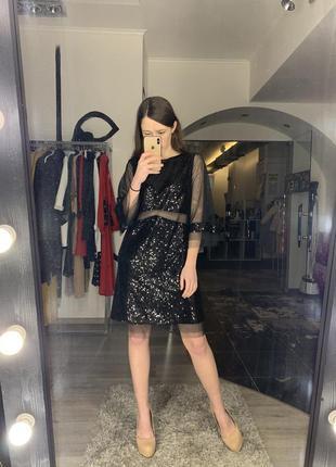Блестящее чёрное платье с пайетками и рукавами с сетки