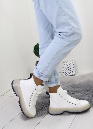 Белые лаковые ботинки на платформе.