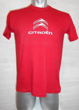 Яркая красная футболка