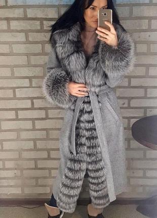 Шикарное пальто с мехом чернобурки