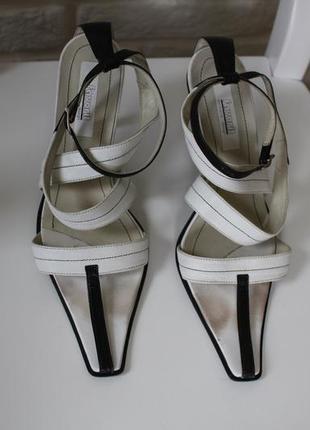 Дизайнерские кожаные босоножки с узким носком