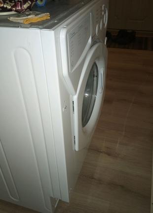 Встроенная стиральная машинка Ariston.