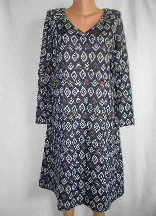 Теплое трикотажное платье с принтом