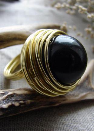 Стильное крупное кольцо с черным камнем. цвет золотой