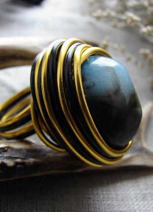 Стильное крупное кольцо с зеленый камнем. цвет черный золото