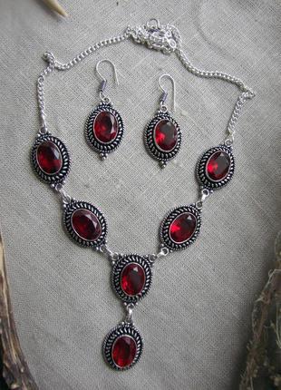 Набор комплект ожерелье колье серьги сережки с красными камням...