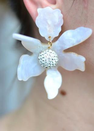 Крупные клипсы акриловые серьги цветок белого цвета с цветами....