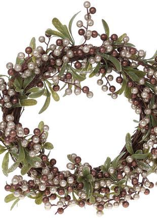 Декоративный венок из веток омелы с жемчужно-золотистыми ягода...