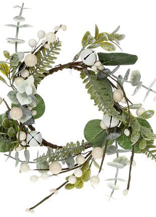 Декоративный венок из веток омелы и листьев с миниатюрными кол...