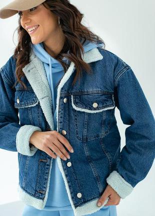 Стильная джинсовая куртка с искусственным мехом
