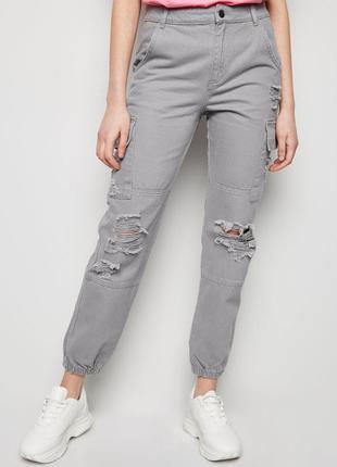 Актуальные брюки-карго new look серые джинсы с карманами
