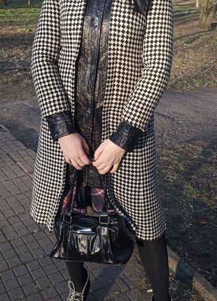 Пальто в гусиную лапку с контрастной вставкой