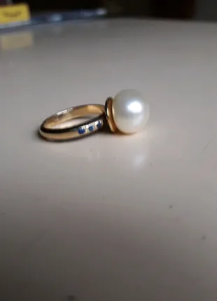 Золотое кольцо с шестью сапфирами и жемчужиной