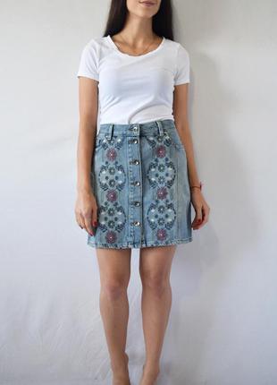 Джинсовая юбка с вышивкой tu
