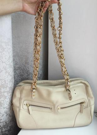 Кожаная итальянская сумка на цепочках бежевая, молочная