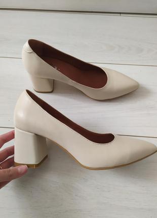 Кожаные туфли молочного цвета, каблук 6 см