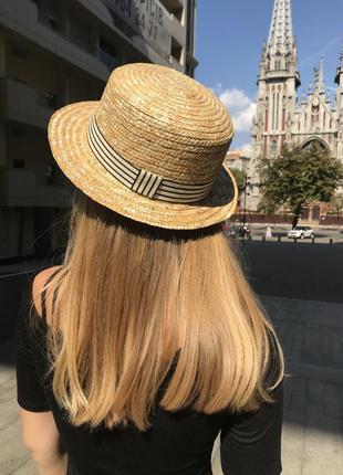 Соломянная шляпка канотье с полосатой лентой
