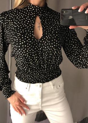 Коротенькая блузка в горох. amisu. размеры уточняйте.