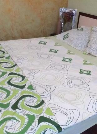 В наличии 2-спальный постельный набор, спокойное сочетание цветов